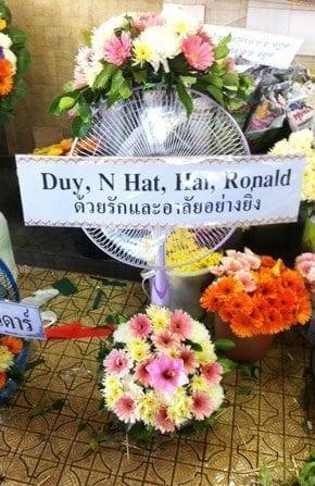 ร้านพวงหรีดวัดผาสุกมณีจักร จังหวัดนนทบุรี พวงหรีดจากDuy, N Hat, Hai, Ronald