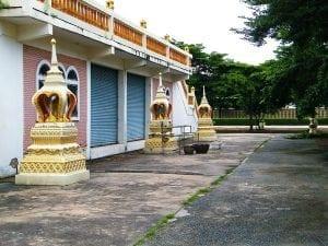 ทางขึ้นโบสถ์ วัดคลองชัน โดยร้านพวงหรีด Reedthai