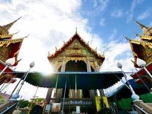 หน้าโบสถ์ วัดยายร่ม โดยร้านพวงหรีด Reedthai