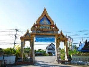 รูปประตูทางเข้าวัดบางหลวง อีกมุม โดยร้านพวงหรีด Reedthai