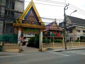 ประตูหน้าถนน วัดพลมานีย์ โดยร้าน Reedthai