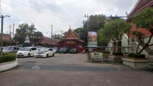 ลานจอดรถ วัดสุวรรณาราม โดยร้าน Reedthai